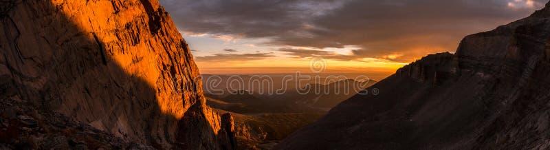 O nascer do sol Longs sobre pico Rocky Mountain National Park imagem de stock