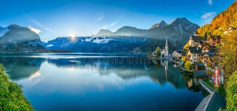 O nascer do sol na aldeia da montanha de Hallstatt com Hallstatter considera na queda, Áustria imagens de stock