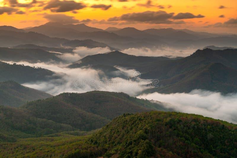 O nascer do sol na montanha, o Silipat Gunung picos fotografia de stock royalty free