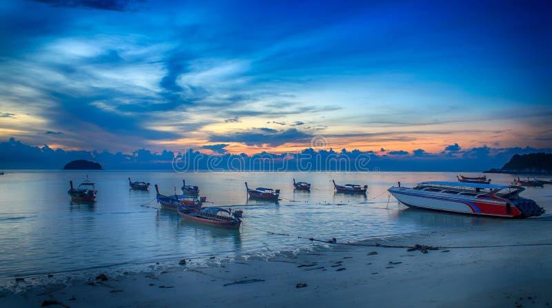 O nascer do sol na praia do nascer do sol na ilha de Lipe, província de Satun, Tailândia imagem de stock