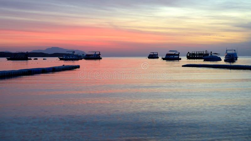 O nascer do sol no louro, no Mar Vermelho e no motor de Naama yachts imagens de stock