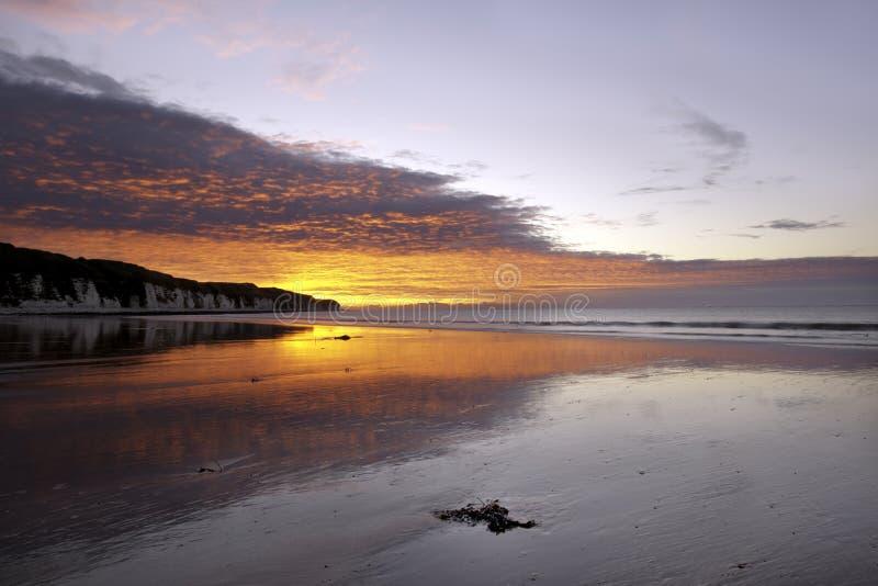 O nascer do sol ou o sol são acima o momento em que o membro superior do Sun aparece no horizonte na manhã fotos de stock royalty free