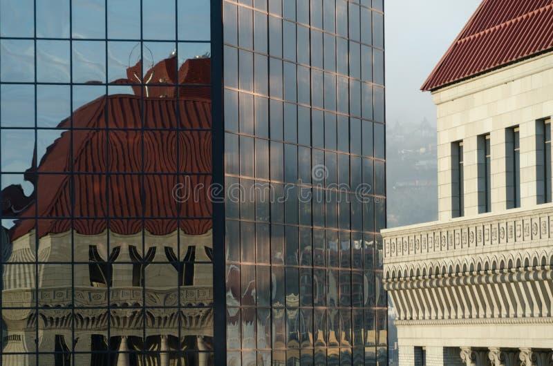 O nascer do sol põe muro de vidro do arranha-céu na Sexta Avenida, em Portland fotos de stock