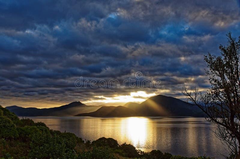 O nascer do sol sobre o Marlborough soa, Nova Zelândia fotos de stock