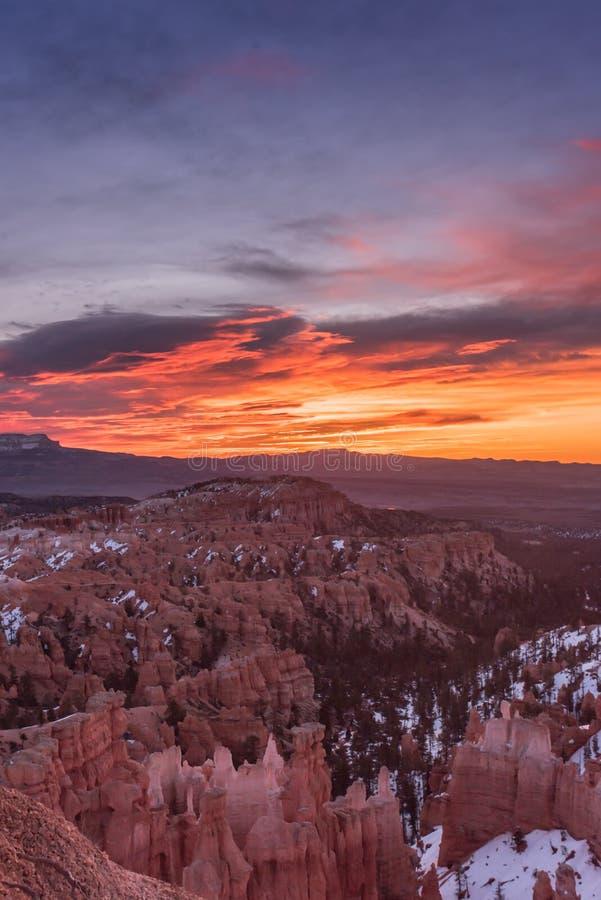 O nascer do sol vibrante aumenta sobre o Mesa em Bryce fotografia de stock royalty free