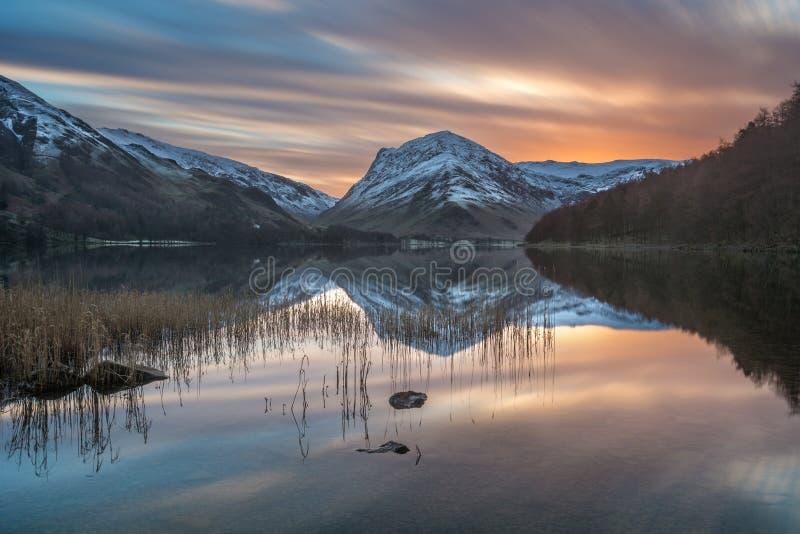O nascer do sol vibrante do inverno com neve em Buttermere abate no distrito do lago imagens de stock royalty free