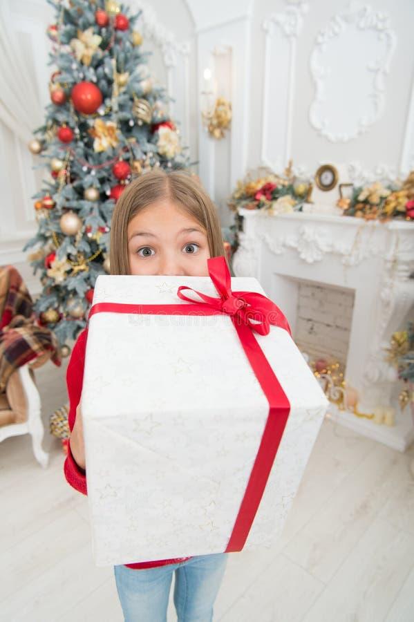 O Natal é hora para dar Ano novo feliz Inverno Árvore e presentes de Natal compra em linha do xmas Feriado da família foto de stock