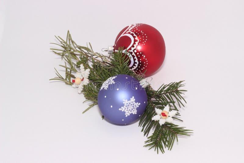 O Natal brinca com um ramo da árvore de abeto imagem de stock royalty free