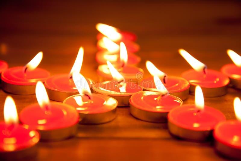O Natal candles a estrela do pentagram na madeira foto de stock royalty free
