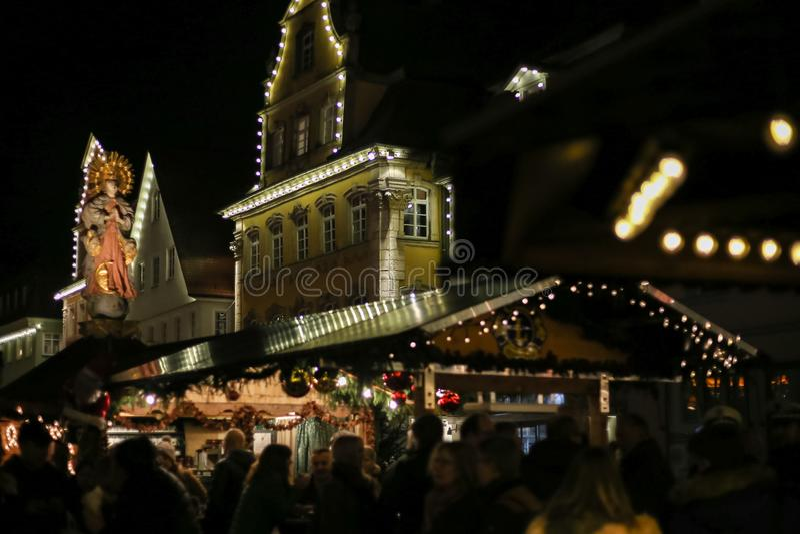 o Natal conduziu estrelas das luzes de néon e árvores do xmas no cit histórico fotografia de stock