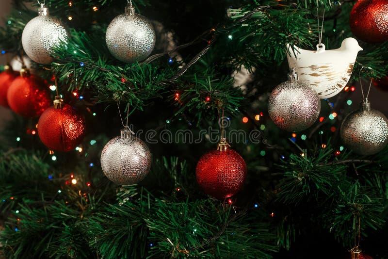 O Natal de prata e vermelho ornaments a suspensão do Natal verde foto de stock