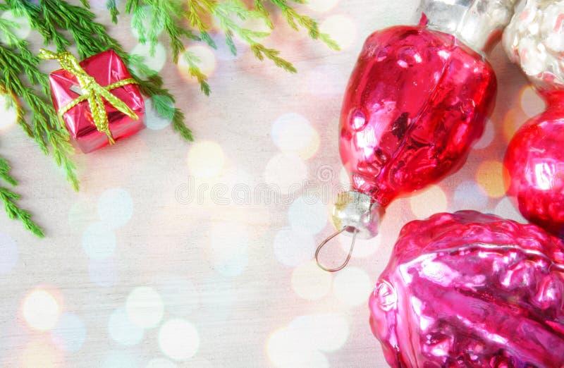 O Natal de vidro retro brinca no painel de madeira em luzes do xmas fotos de stock royalty free