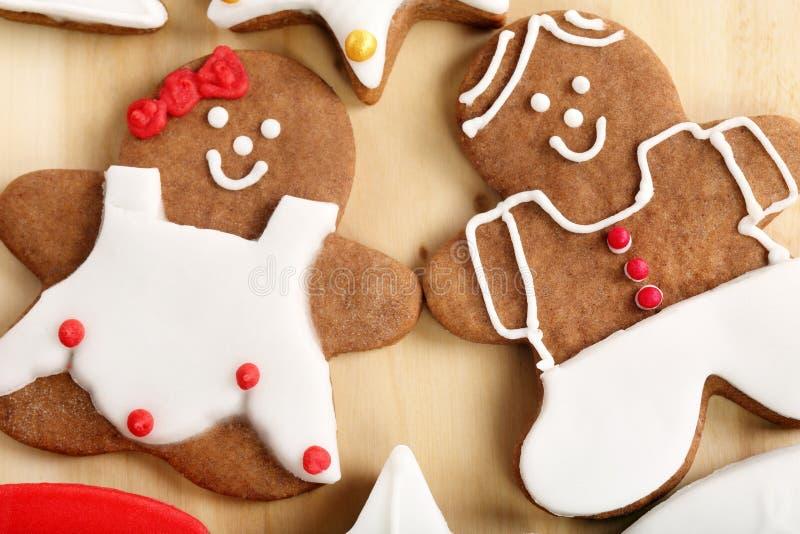 O Natal decorou o pão-de-espécie na forma do homem e da mulher imagem de stock