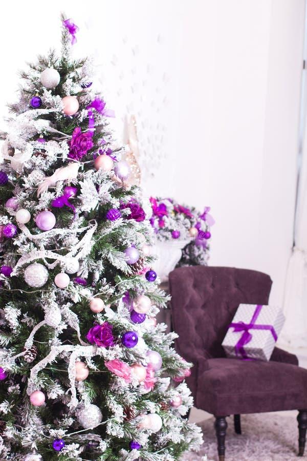 O Natal decorou a sala clara fotos de stock