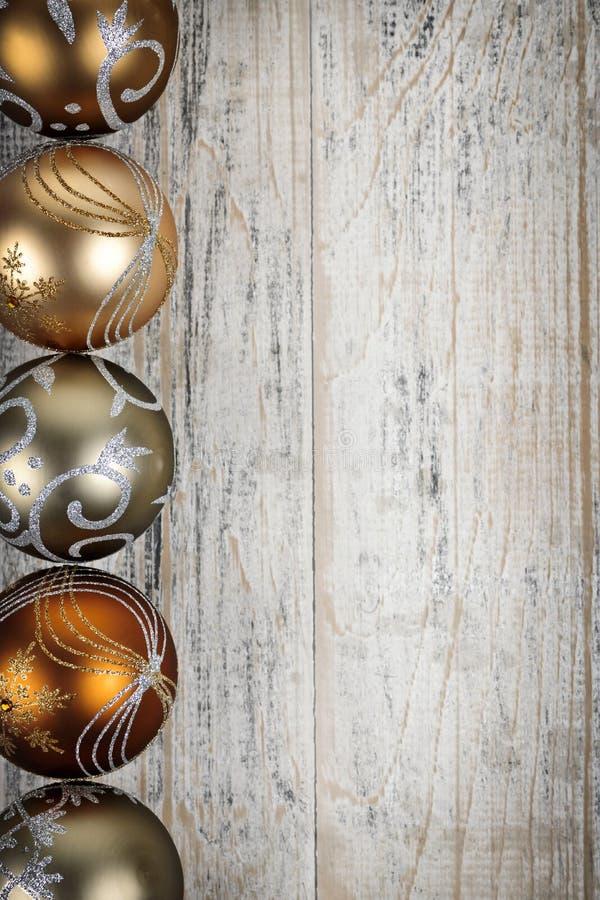 O Natal dourado ornaments a beira foto de stock royalty free