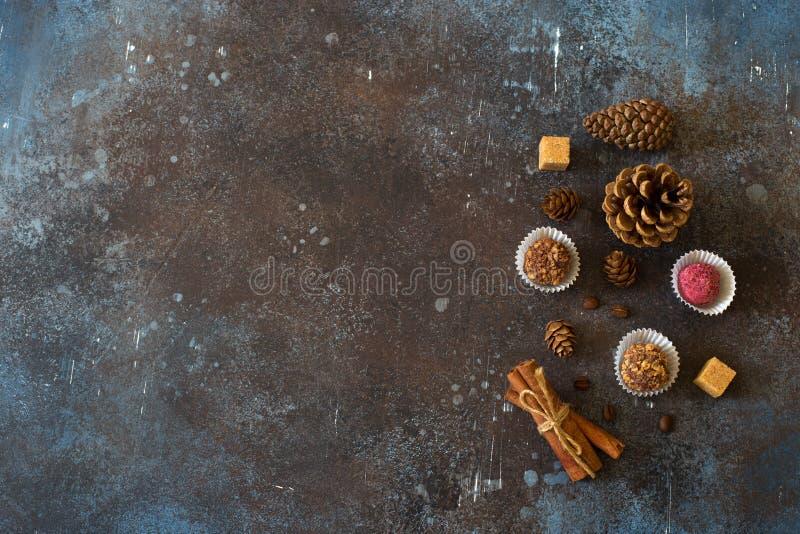 O Natal e o ano novo ajustaram-se com chocolates e cones fotografia de stock