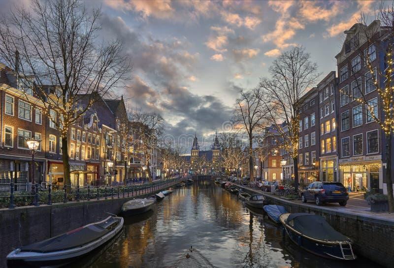 O Natal em Amsterdão, iluminou árvores no Spiegelgracht foto de stock royalty free
