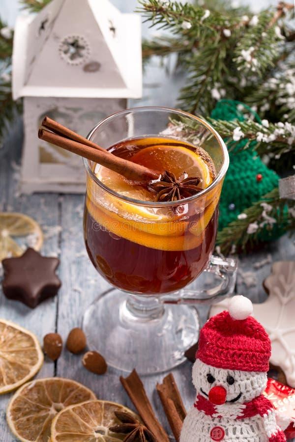 O Natal ferventou com especiarias o vinho com fatia do limão, anis e vara de canela fotografia de stock royalty free