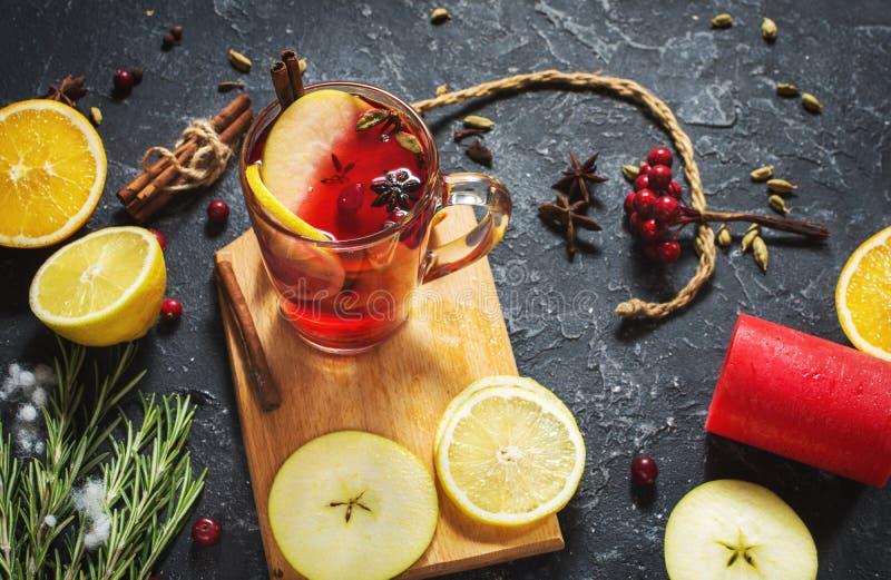 O Natal ferventou com especiarias o vinho com especiarias e fatias alaranjadas na tabela de pedra Bebida tradicional no inverno fotos de stock