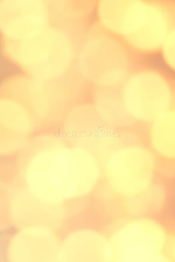 O Natal festivo amarelo Bokeh ilumina-se com efeito macio incandescer foto de stock