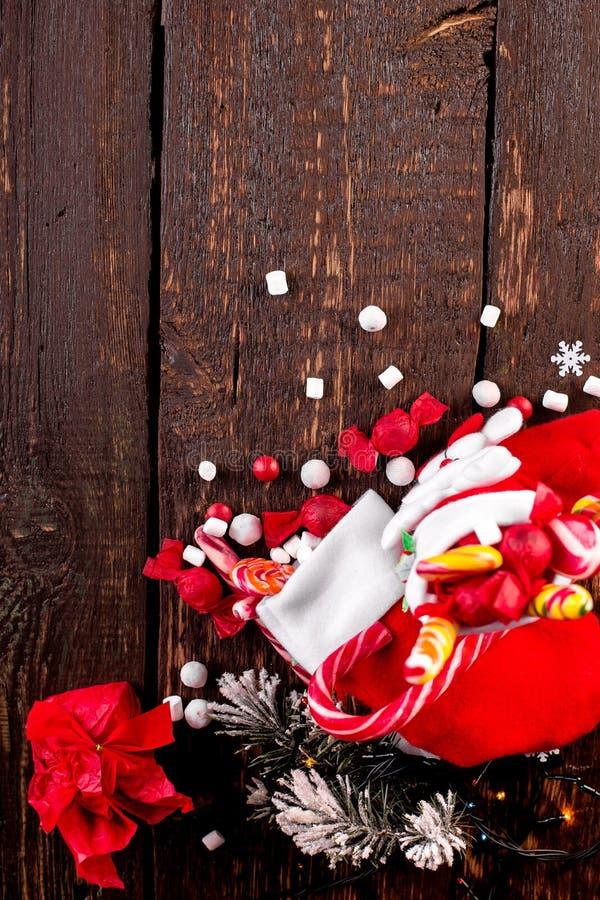 O Natal golpeia completamente dos doces e dos doces no fundo de madeira Configuração lisa imagem de stock