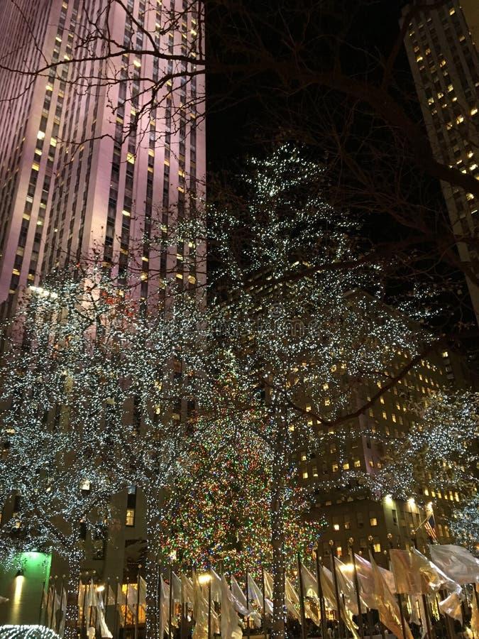 O Natal ilumina a linha as ruas de New York fotos de stock