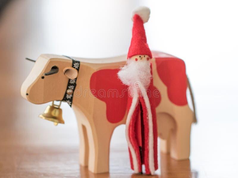 O Natal Ornaments Santa Claus Walking com uma vaca e um sino fotos de stock