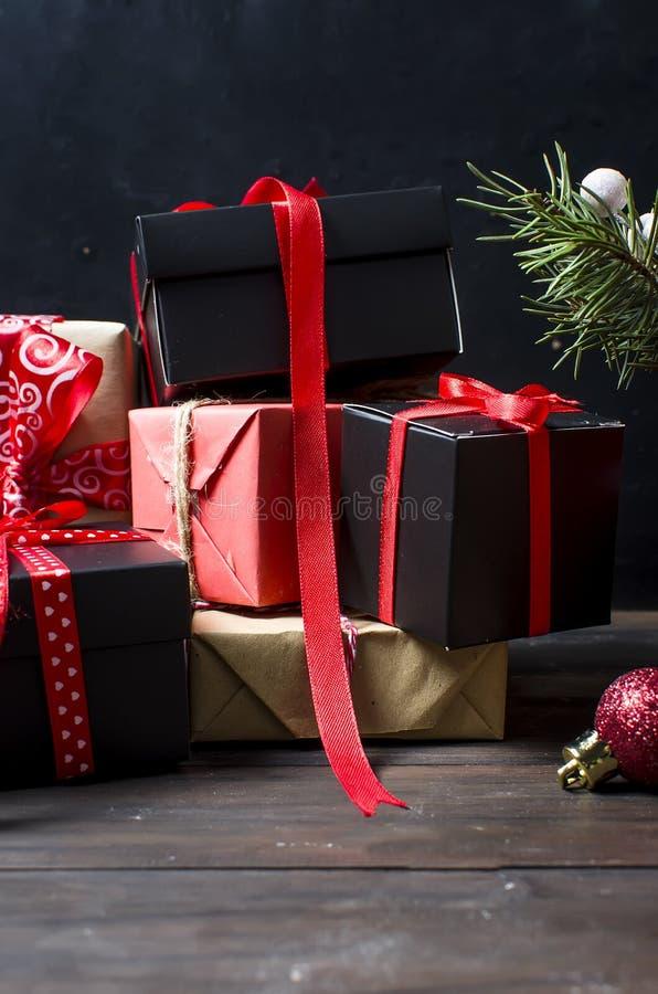 O Natal ramifica, bolas, presente, fundo do Natal imagens de stock