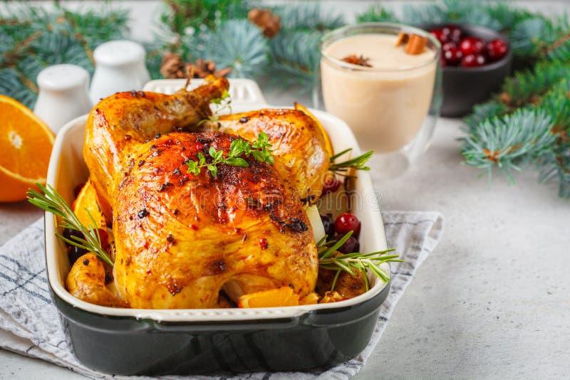 O Natal roasted a galinha com arandos, laranja, especiarias e ervas Conceito do alimento do Natal imagem de stock