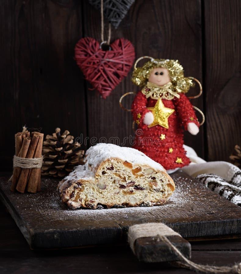 O Natal stollen o bolo com açúcar de crosta de gelo, maçapão e passas imagem de stock