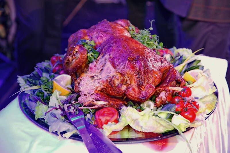O Natal Turquia servida em um prato lateral é decorado com uma grande bandeja redonda na luz da cor imagens de stock