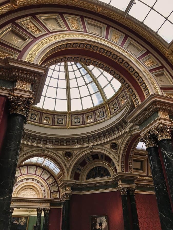 O National Gallery situado em Trafalgar Square LONDRES, Reino Unido - 2 de agosto de 2017: Telhado abobadado dado forma no círcul fotos de stock