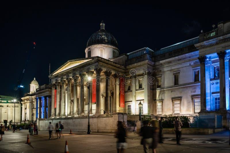 O National Gallery, Trafalgar Square na noite em Londres, Inglaterra, Reino Unido foto de stock