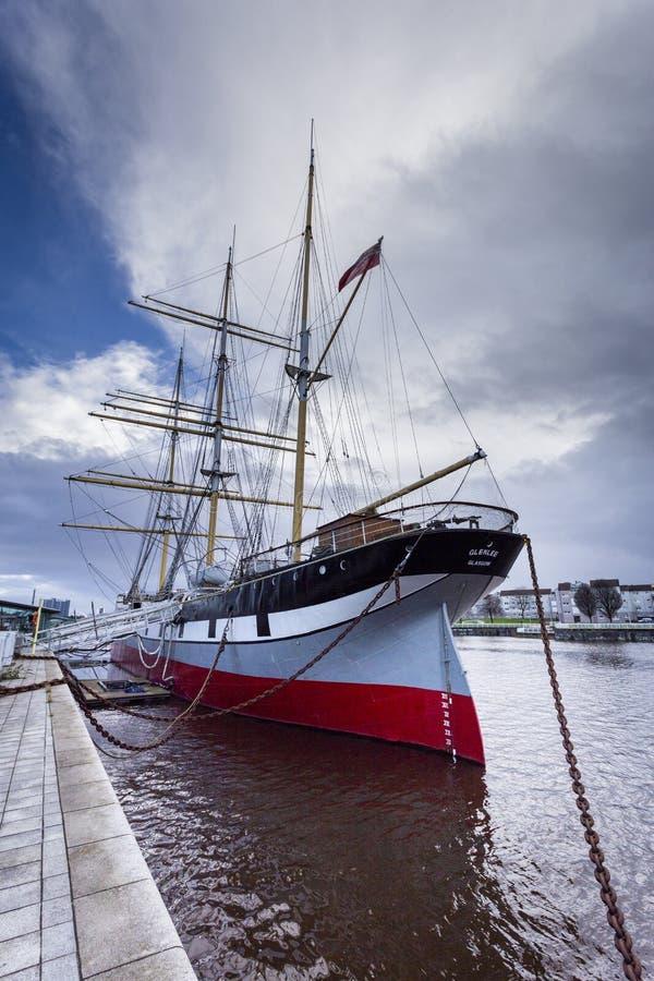 O navio alto de Glenlee atrás do museu do beira-rio em Glasgow fotografia de stock royalty free