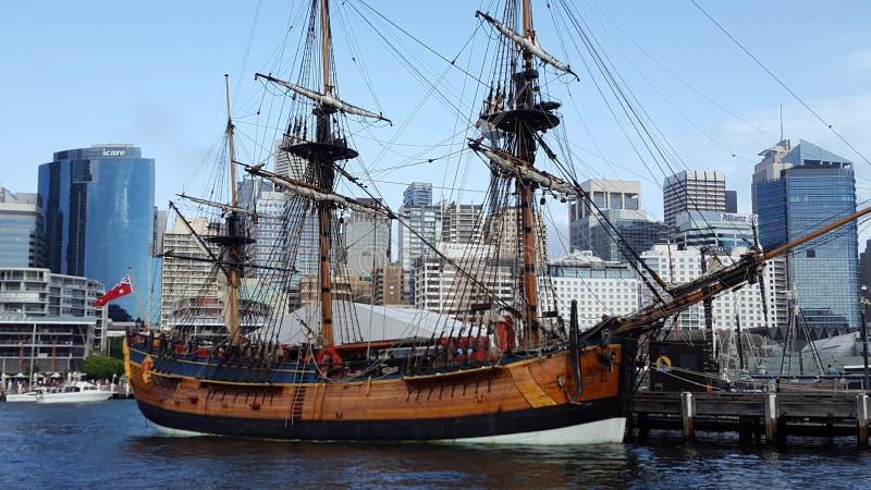 O navio alto majestoso enfeita as águas de Sydney Harbour no dia de Austrália, Sydney, Austrália fotos de stock