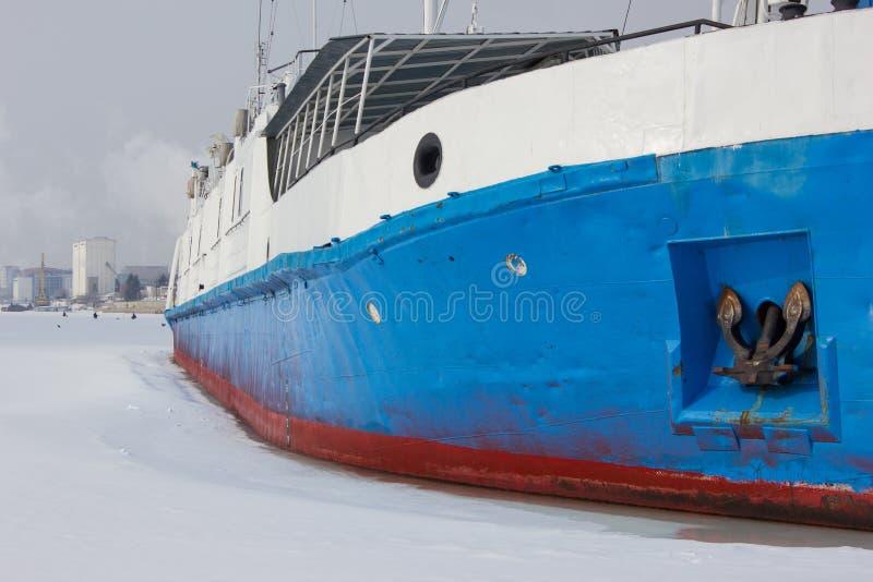 O navio congelado no gelo O rio congelado tomou o navio no captiveiro Um navio no Volga no inverno foto de stock royalty free