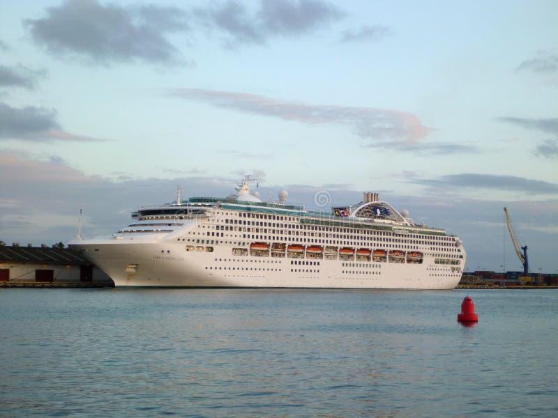 O navio da princesa Cruzeiro Alvorecer princesa senta-se entrado em Honolulu Harbo imagens de stock royalty free