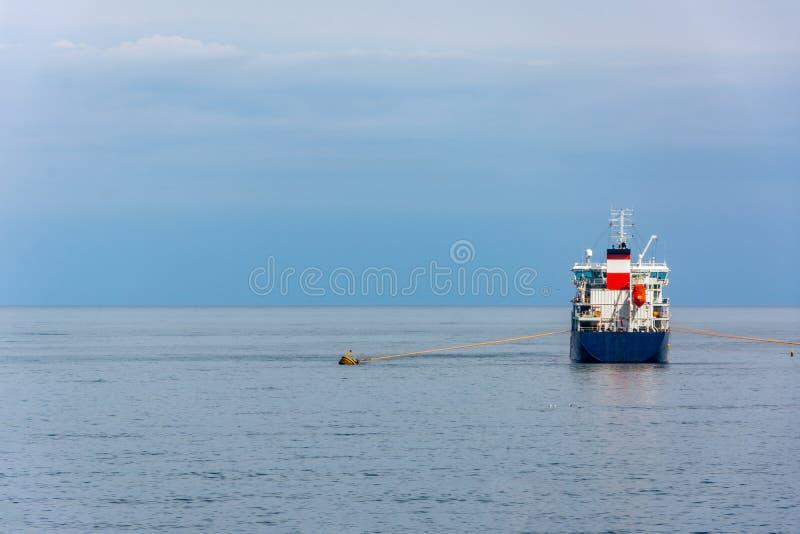 O navio de carga ancorado no Mar Negro fotografia de stock royalty free