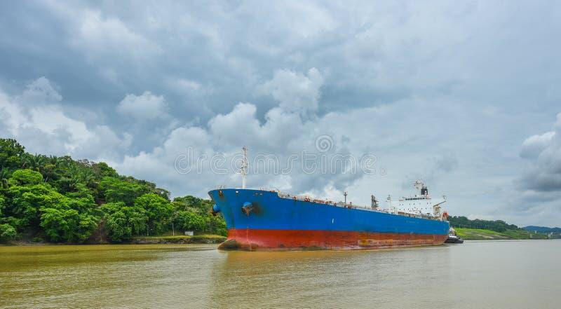 O navio de carga faz sua maneira através das vias navegáveis do canal do Panamá imagens de stock