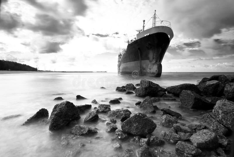 O navio de carga funciona encalhado na costa rochosa da costa fotos de stock