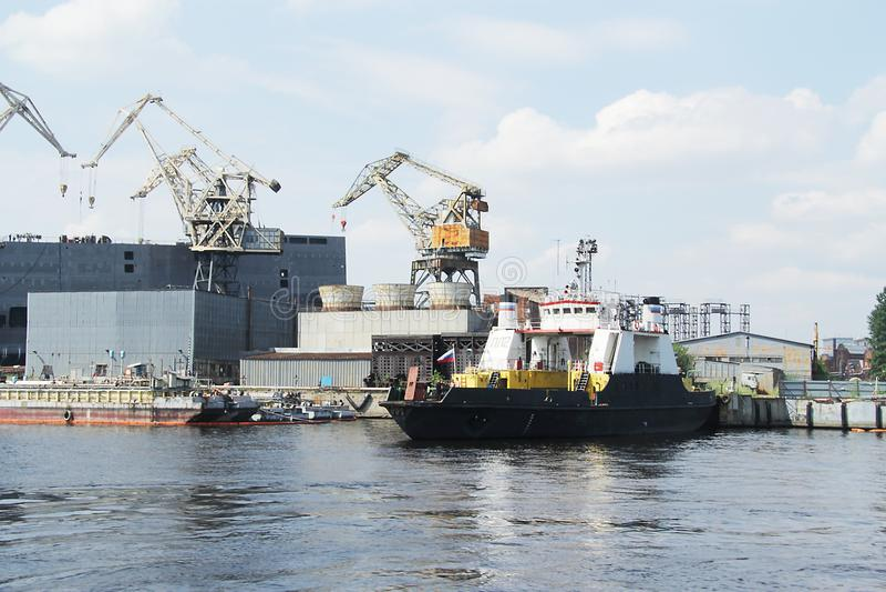 O navio de carga preto chegou no porto fotos de stock