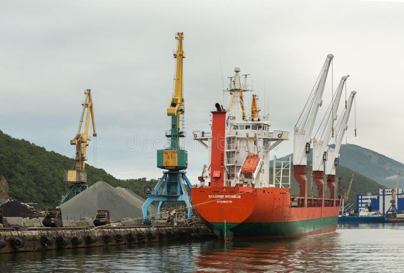 O navio de carga seca Vladimir Myasnikov e os guindastes do porto no Avacha latem imagens de stock royalty free