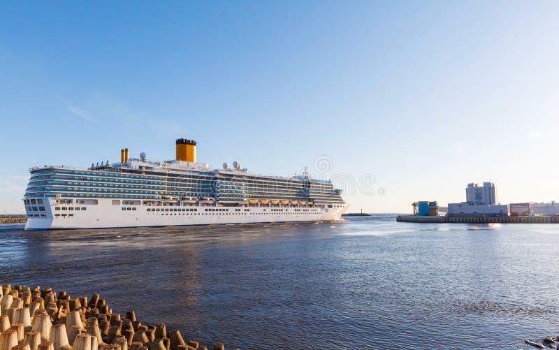 O navio de cruzeiros branco passa portas o Golfo da Finlândia da barragem imagem de stock