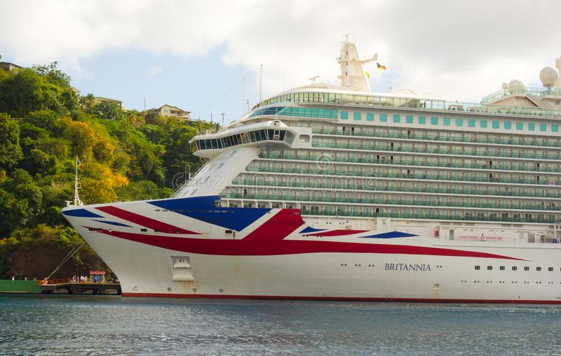 O navio de cruzeiros Britannia em um porto nas ilhas de barlavento fotos de stock royalty free