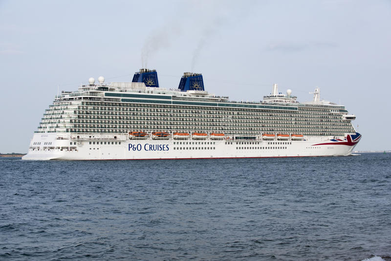 O navio de cruzeiros de Britannia corrente em Southampton Reino Unido imagens de stock