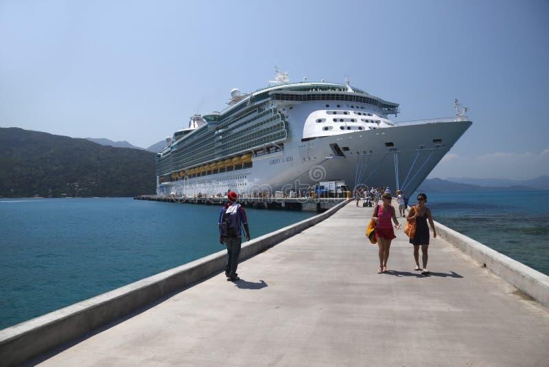 O navio de cruzeiros entrega o relevo a Haiti imagem de stock royalty free