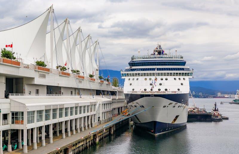 O navio de cruzeiros entrou no lugar famoso de Canadá em Vancou do centro foto de stock