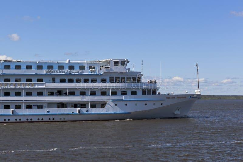 O navio de cruzeiros Maxim Litvinov do passageiro vai concordar o rio de Sheksna na região de Vologda imagens de stock