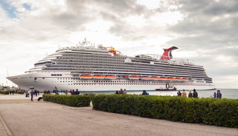 O navio de cruzeiros o mais novo do carnaval imagem de stock