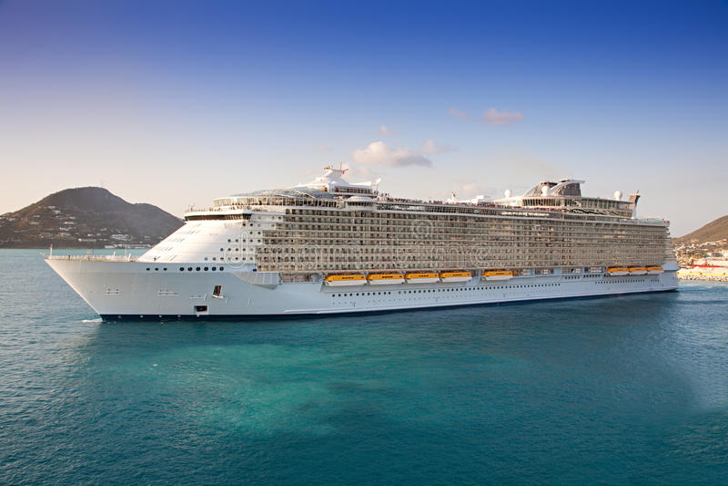 O navio de cruzeiros parte de St. Maarten fotografia de stock